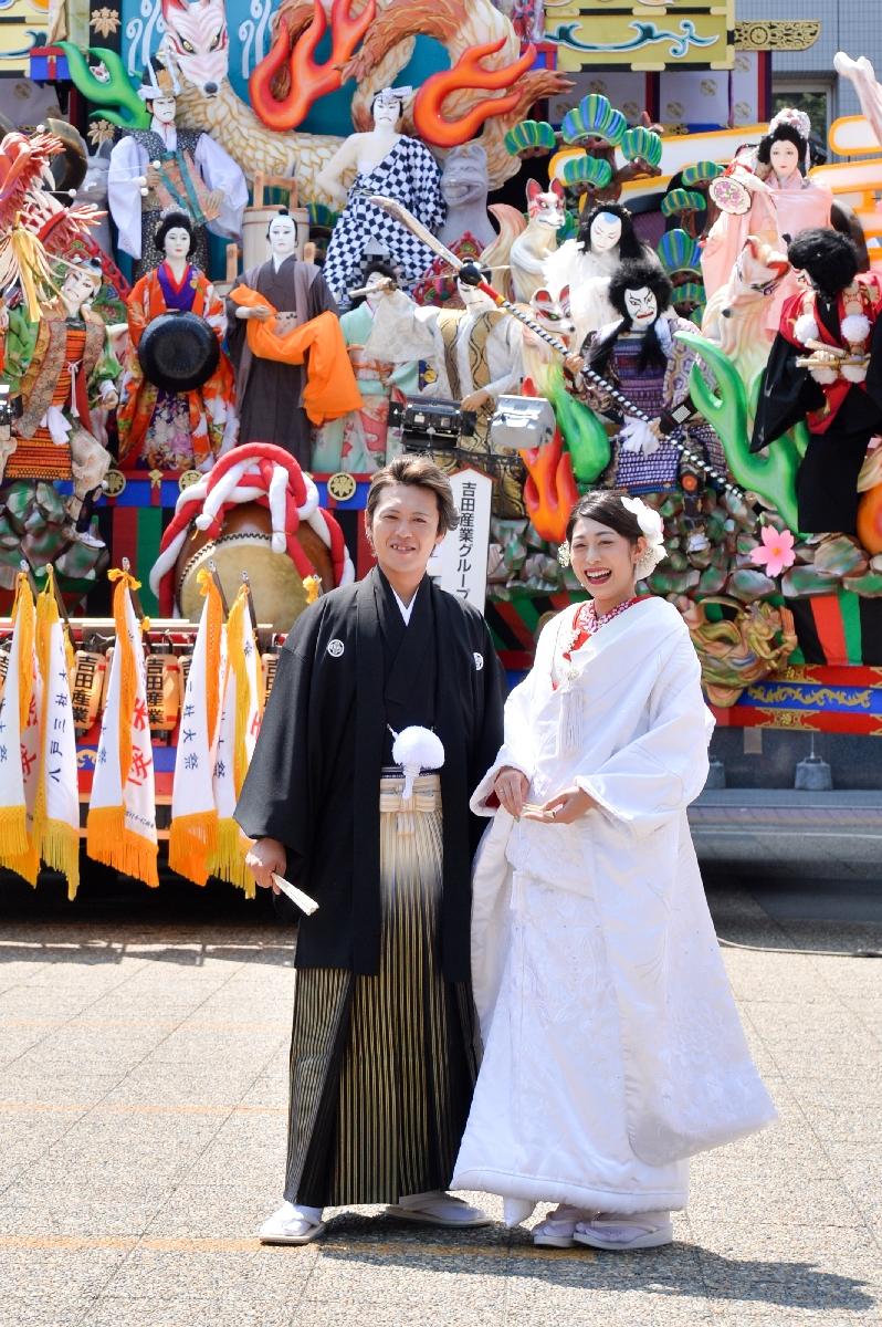 山車の前で写真に納まる山端翔弥さん(左)と千秋さん=1日午後0時45分ごろ、八戸市庁前