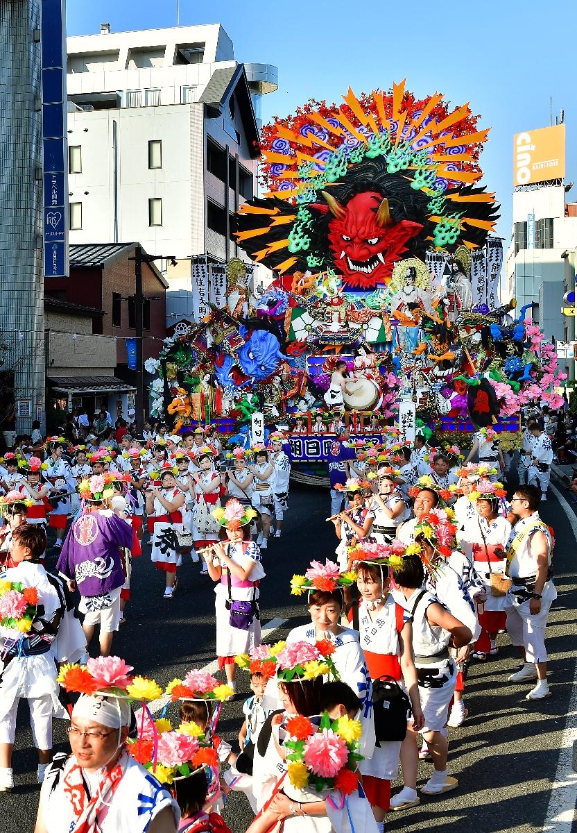 3神社の神輿行列と彩り鮮やな27台の山車が合同運行した「お通り」=1日、八戸市
