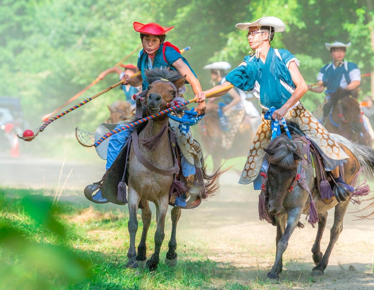 巧みに毬杖をさばいて観客を魅了した「加賀美流騎馬打毬」=2日、八戸市の長者山新羅神社