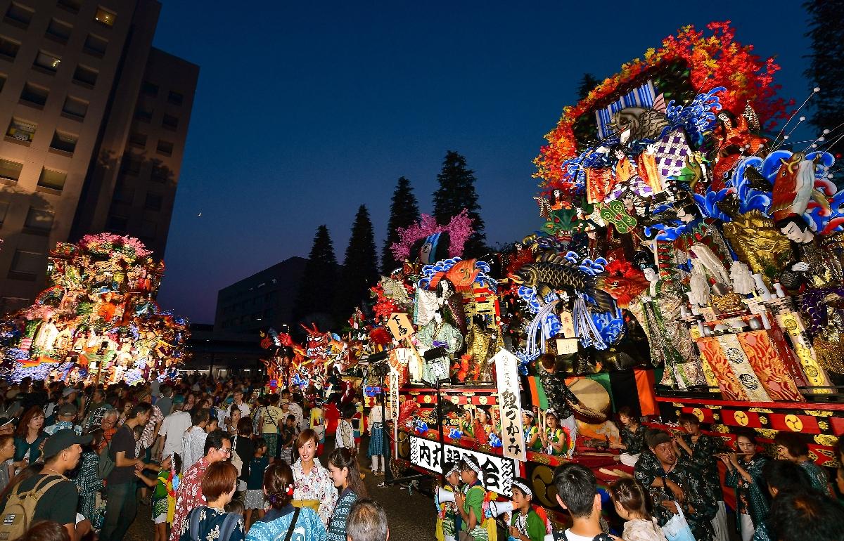 ライトアップされた山車が宵闇に映える後夜祭=4日午後7時ごろ、八戸市庁前広場