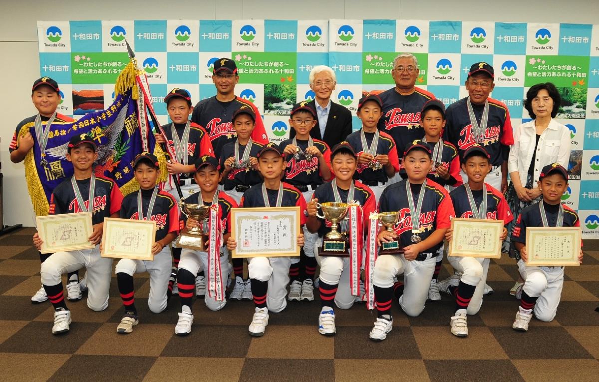 西日本小学生野球大会で準優勝した十和田スリー☆スターズの選手ら
