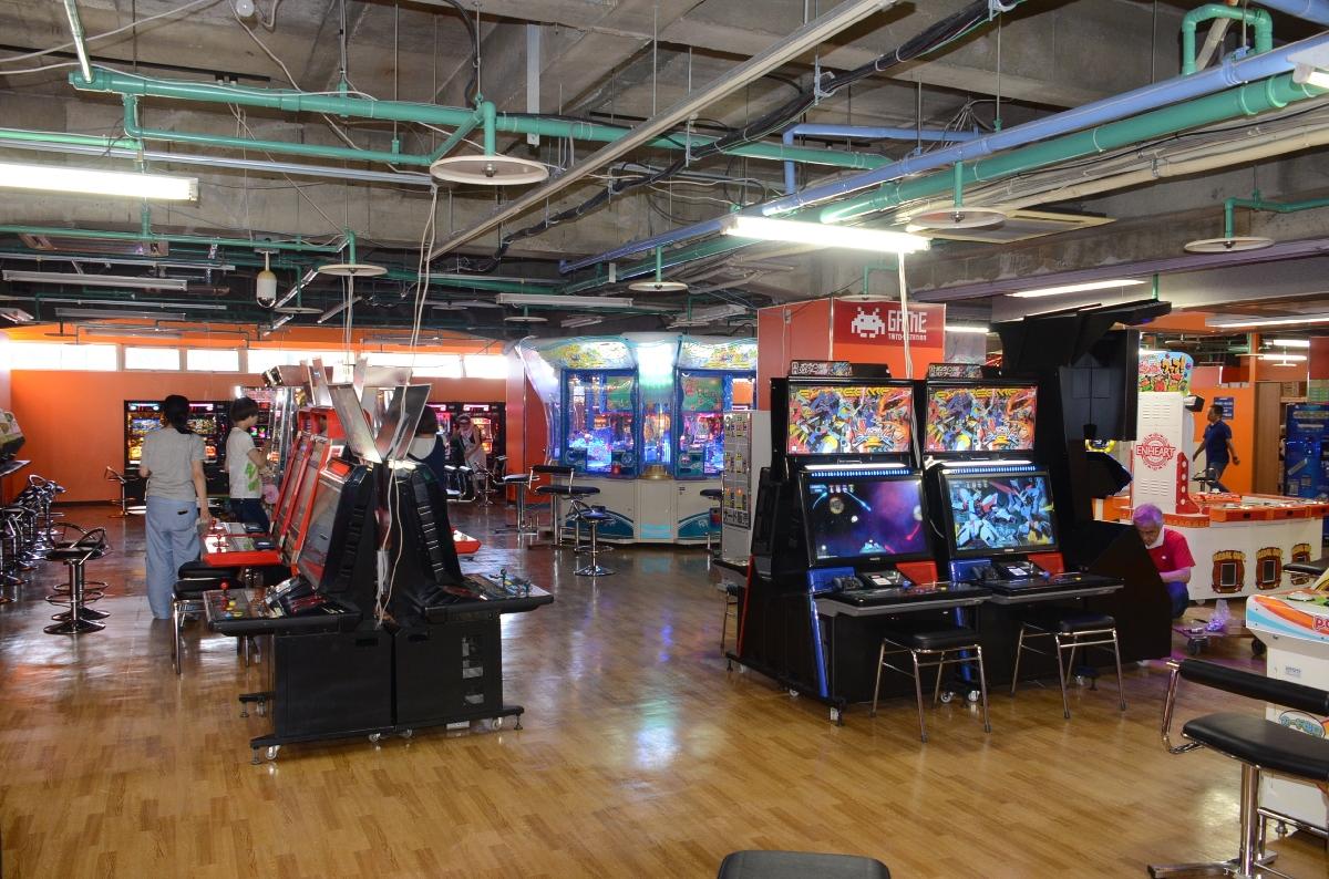 開店準備が進むゲームセンター=8日、八戸市三日町