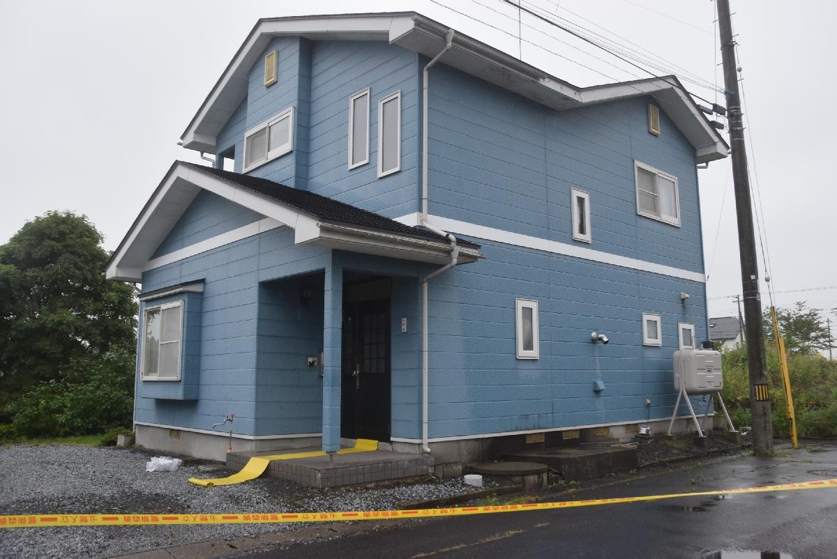 殺人未遂事件の現場となった住宅=10日午後3時50分ごろ、十和田市三本木西小稲