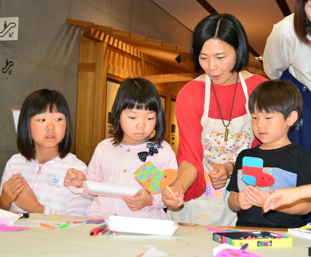 子どもたちと一緒に絵本に登場するキャラクターのマスコットを作るまつばらのりこさん