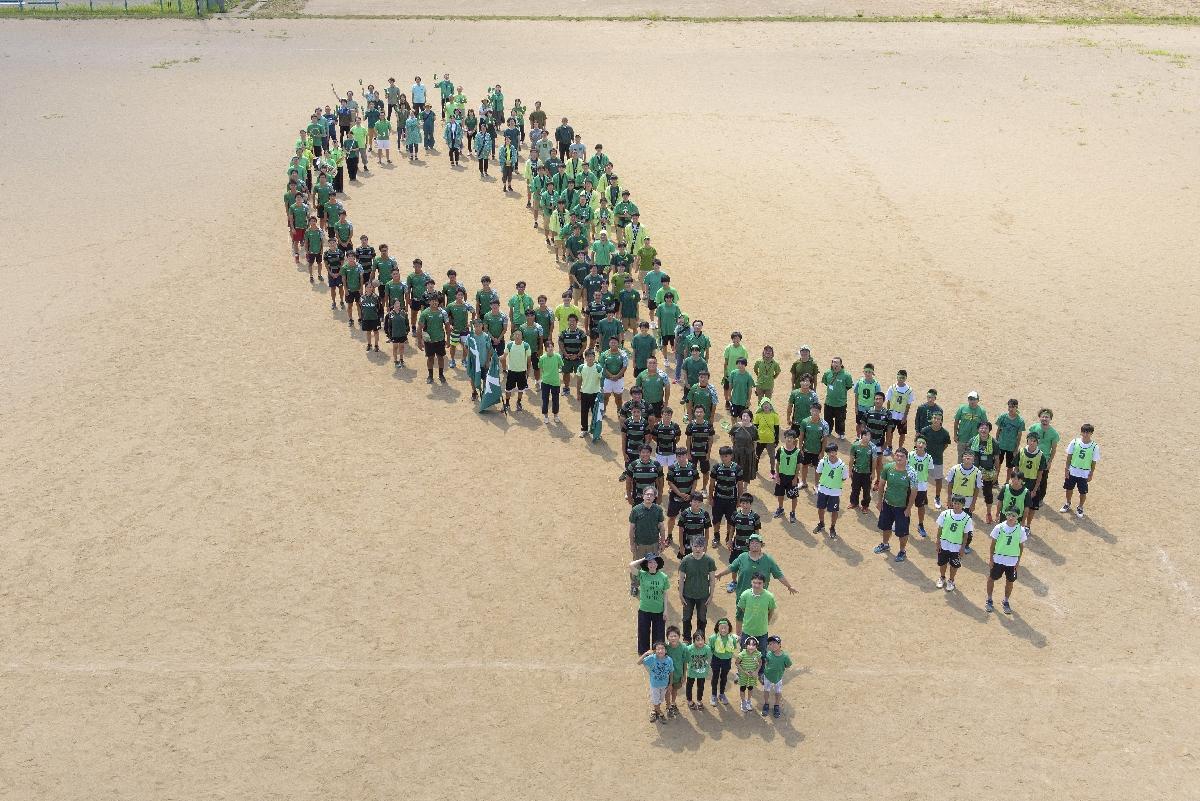 約140人が人文字で表現した、移植医療普及のシンボルマーク「グリーンリボン」