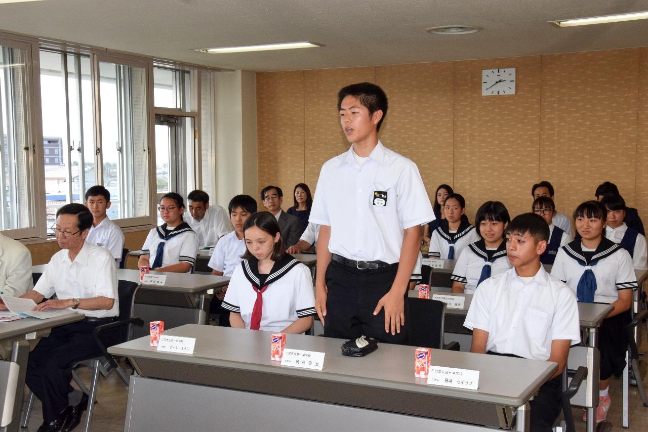 台湾での交流事業に参加した感想や体験談を披露する生徒ら