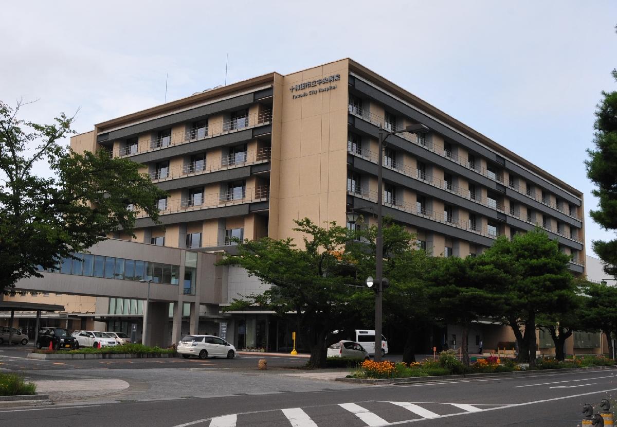 付属診療所を開設し、在宅医療を強化する十和田市立中央病院=19日