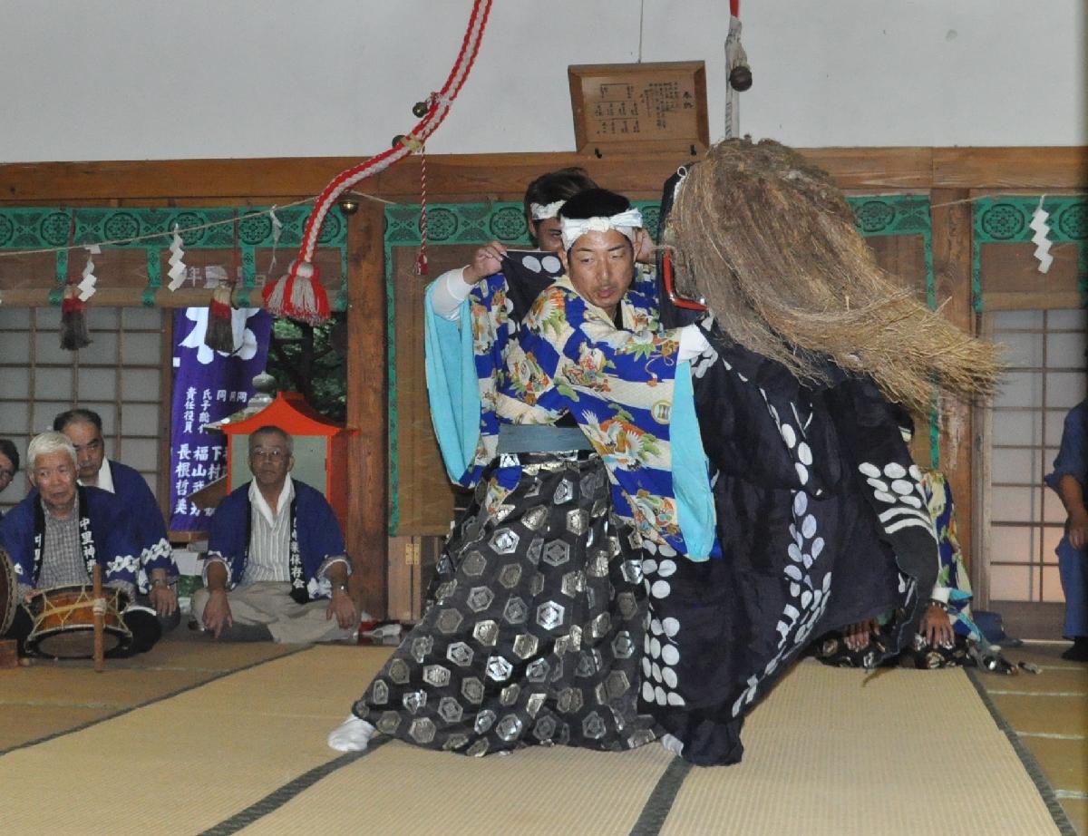 拝殿で厳かに奉納された神楽舞