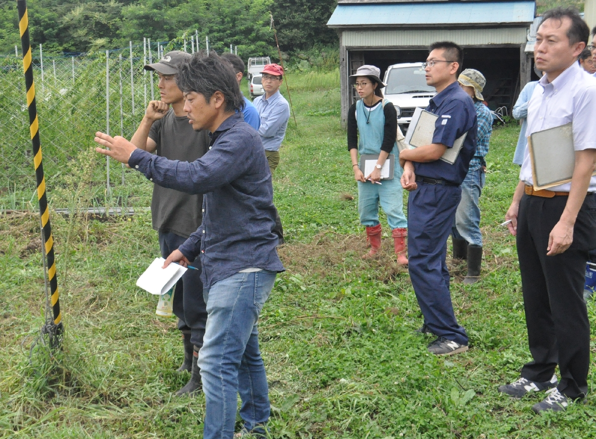 千葉康伸さん(左手前)から現地指導を受ける参加者=22日、五戸町