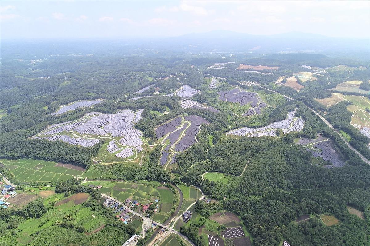 山の斜面に約22万枚のパネルが並ぶ「軽米西ソーラー発電所」(レノバ提供)