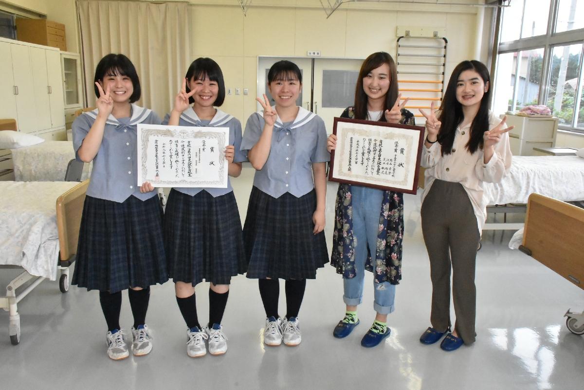 優秀賞に輝いた(左から)根本萌衣さん、荒木桃花さん、菊池凜香さんと、昨年、優秀賞を受賞した先輩2人
