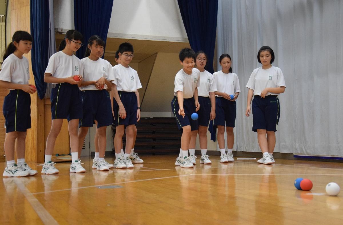 「ボッチャ」を体験する生徒たち