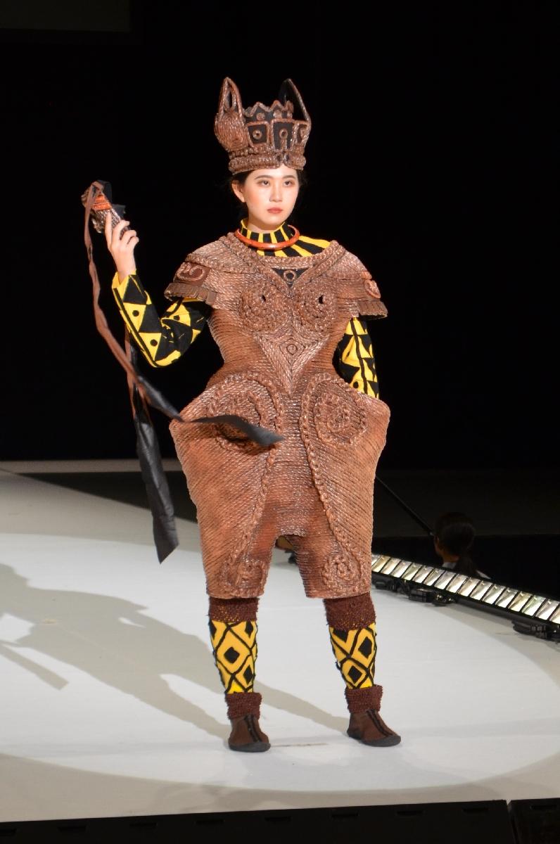 準優勝に輝いた五所川原第一高の作品「わだば縄文人さなる」。モデルは佐々木茅さん=25日、弘前市