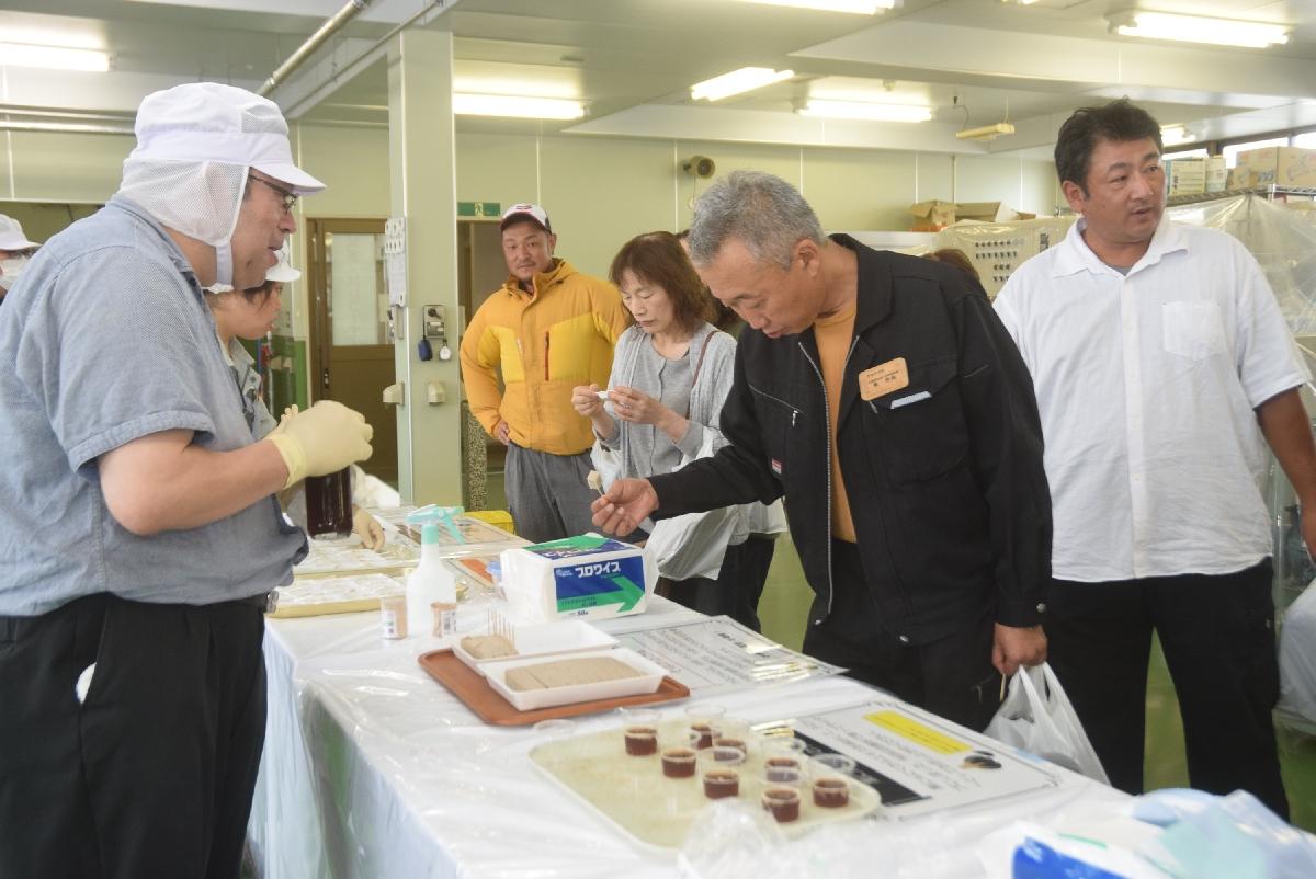 県産農産物を使った加工品を試食する参加者ら