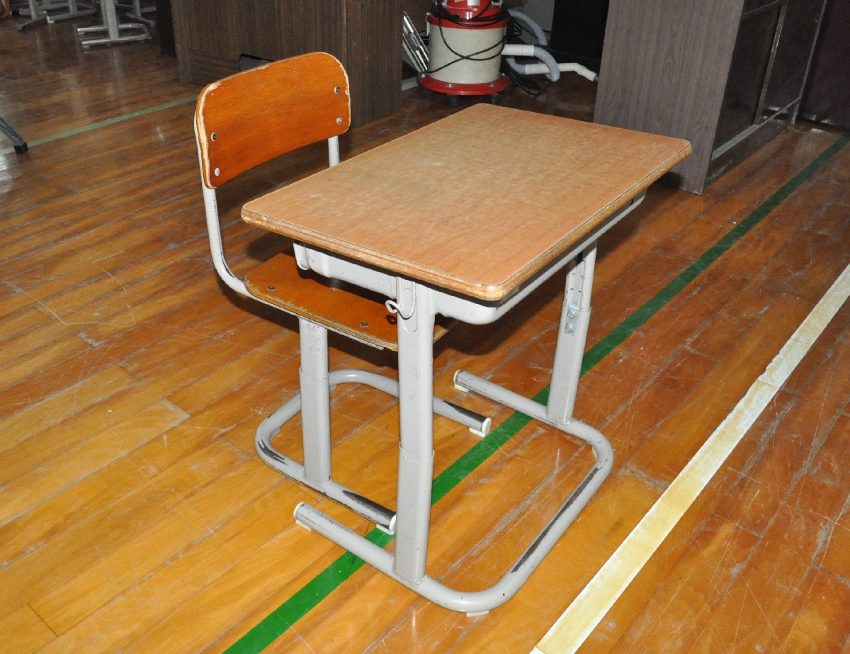 販売される閉校した小学校の机と椅子=6日、五戸町