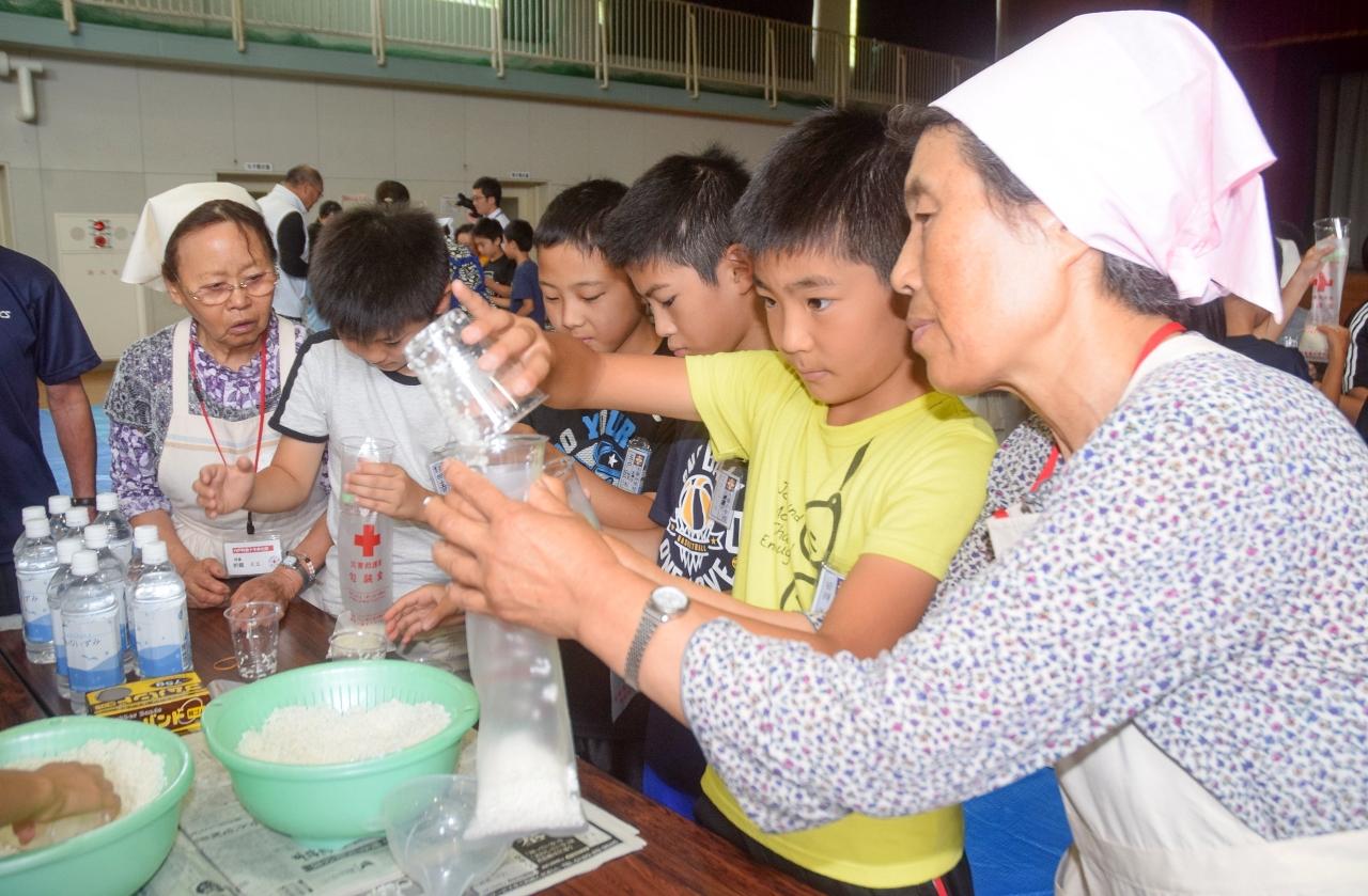 ハイゼックスを使った炊飯に挑戦する児童