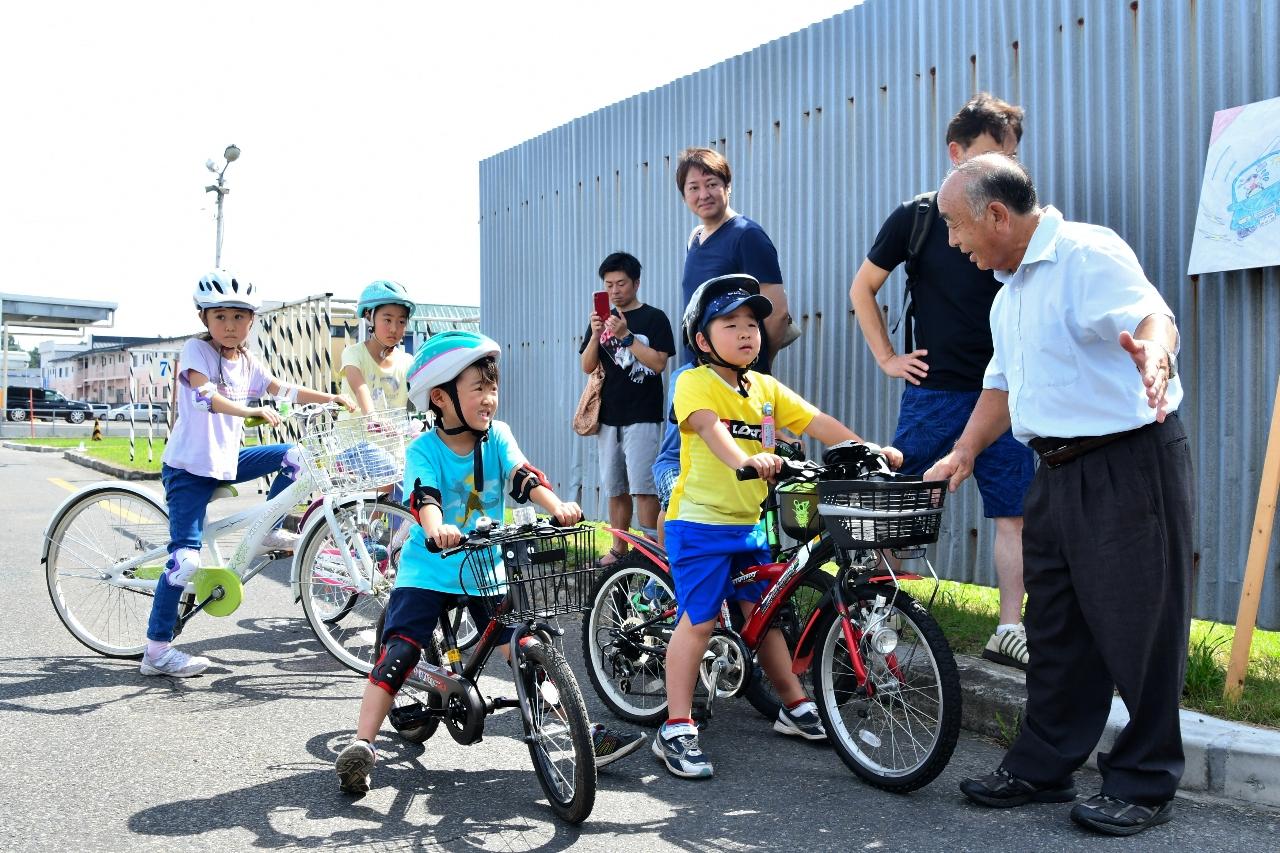 安全な自転車の乗り方を学ぶ子どもたち