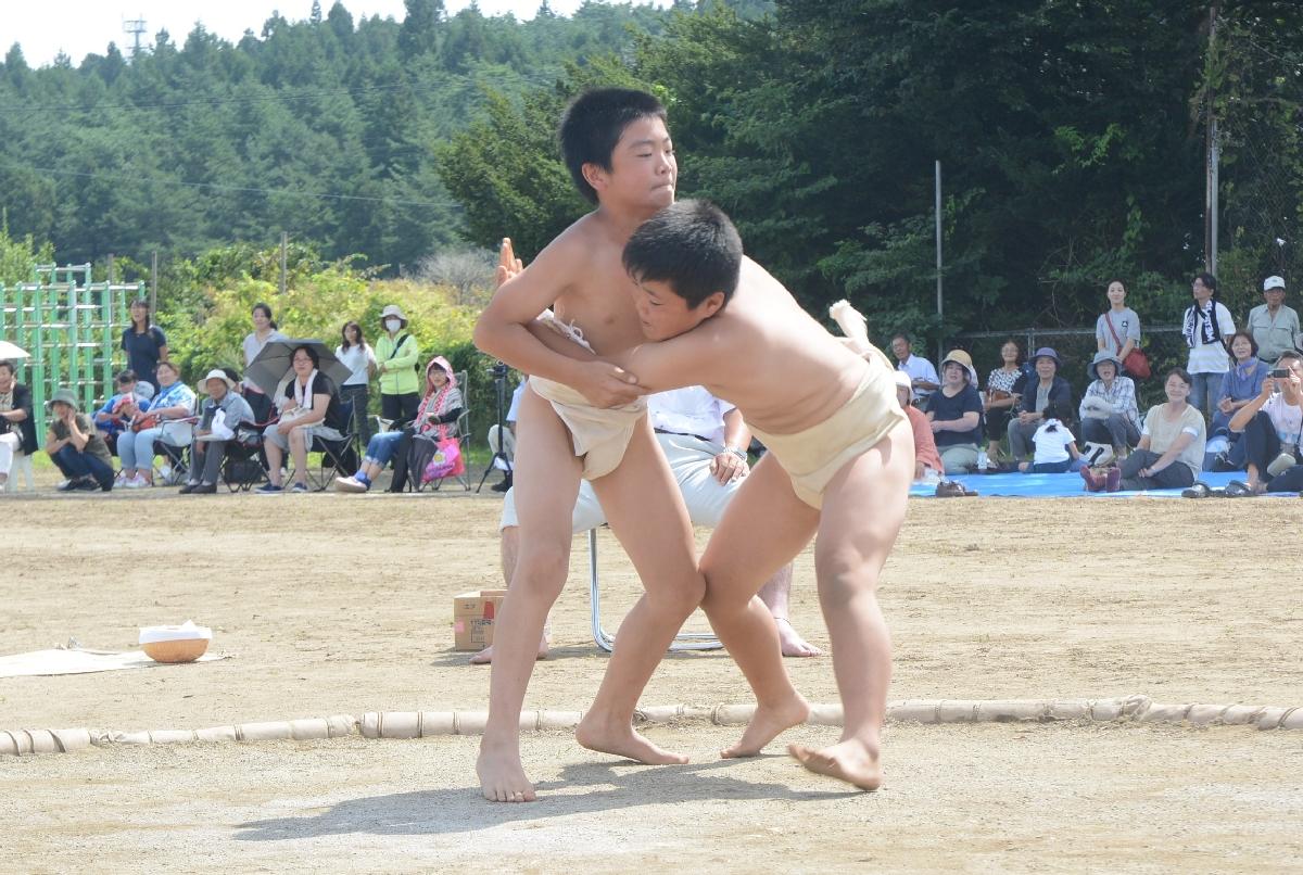 土俵上で熱戦を繰り広げる児童