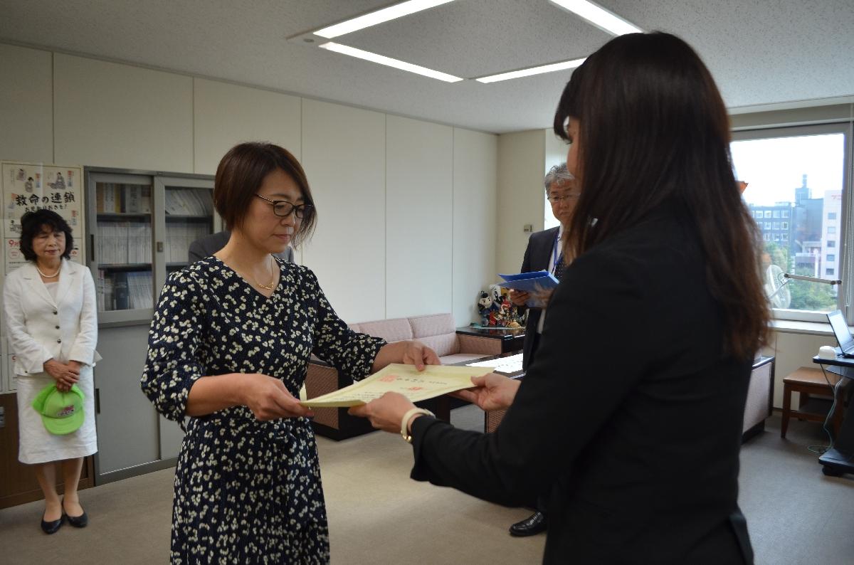 有賀玲子部長(右)から表彰状の伝達を受ける森山幸恵代表=9日、青森県庁