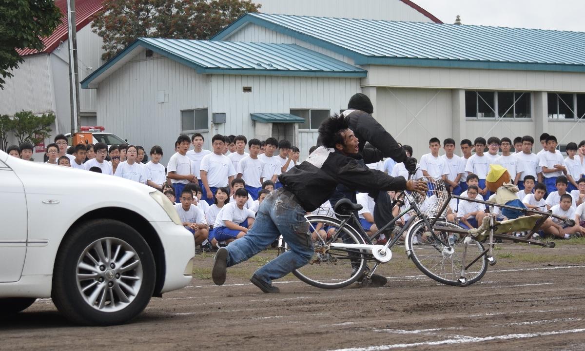自転車の事故の様子をリアルに再現した交通安全教室