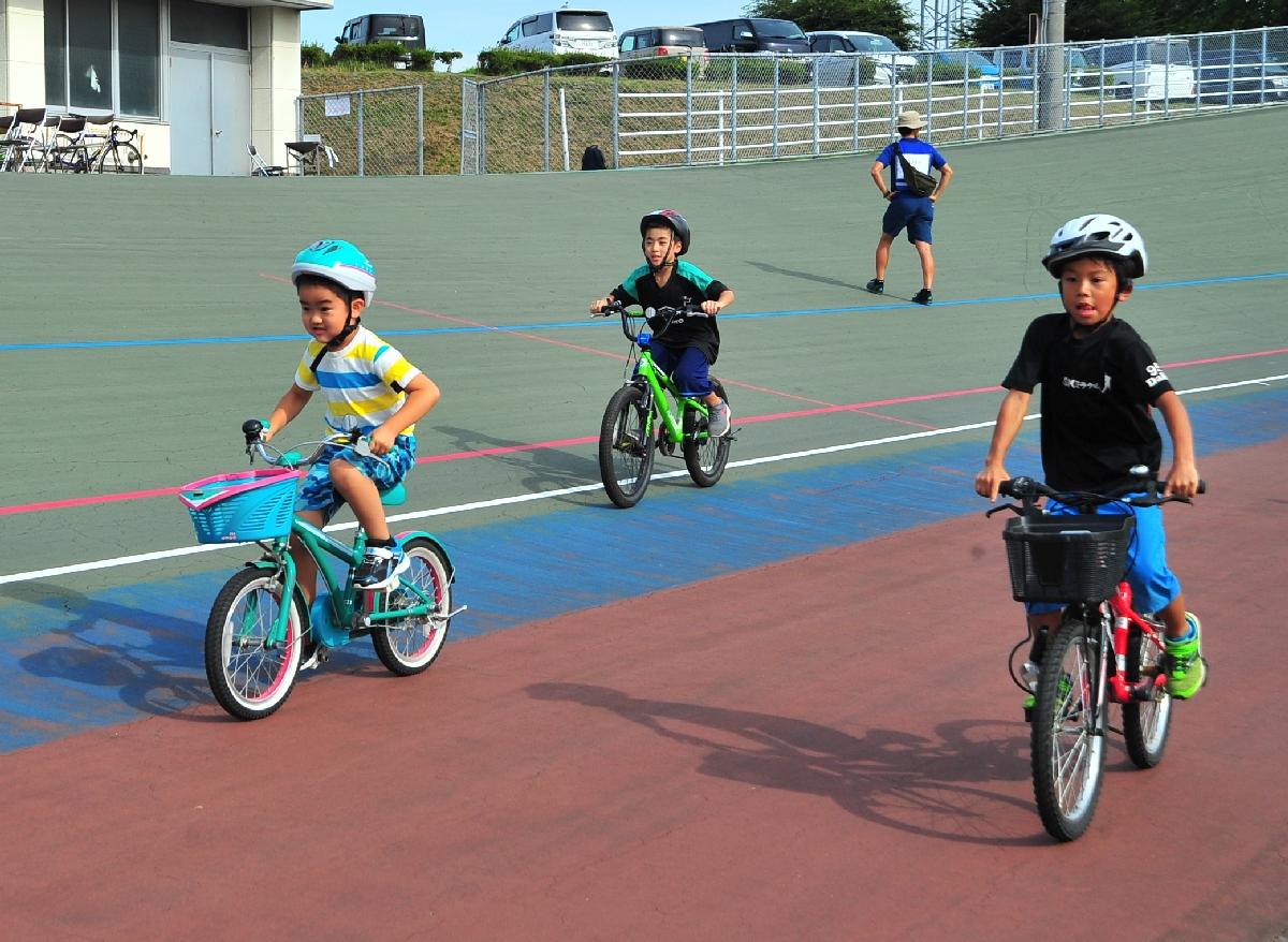バンクの上を自転車で軽快に走る参加者