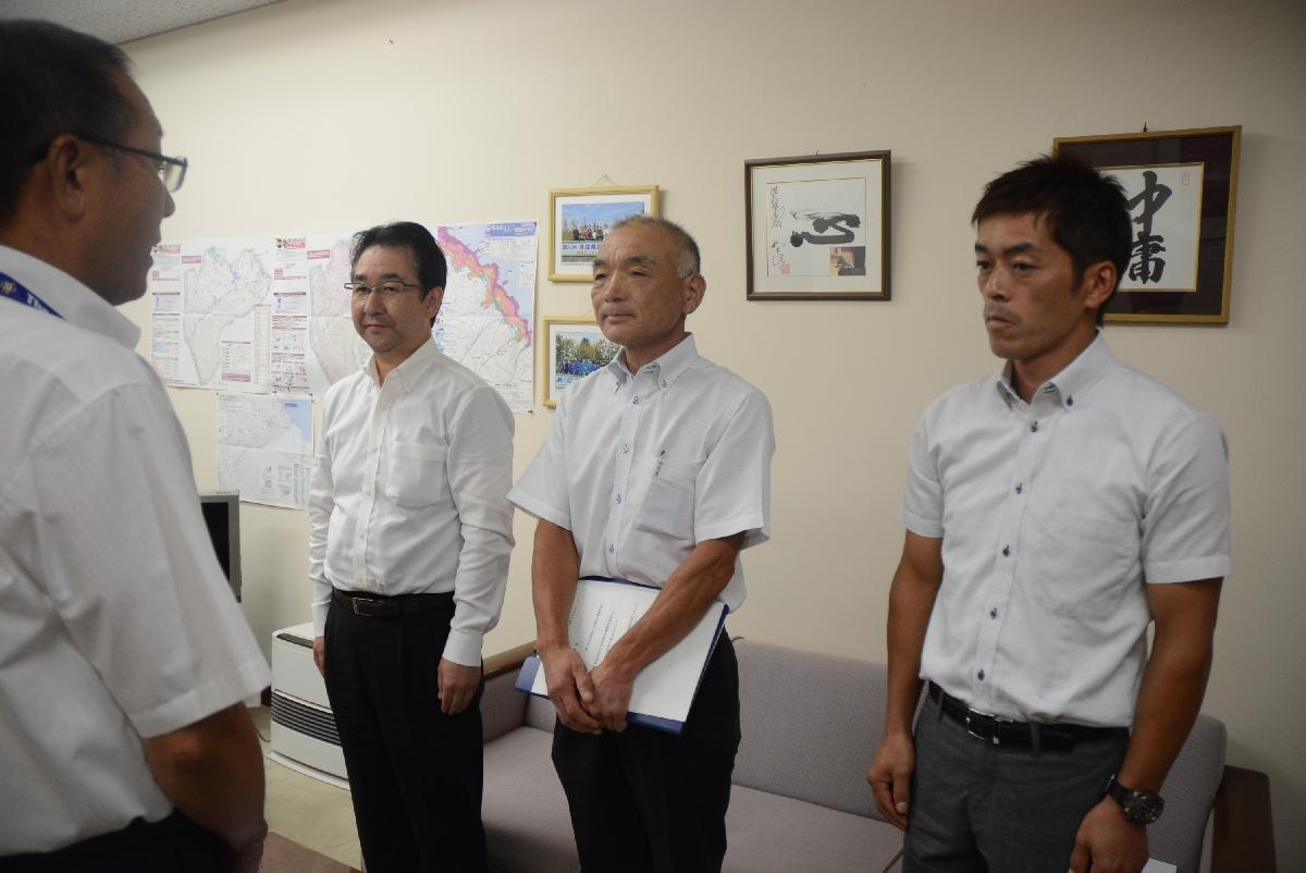 統合を進めるよう意見集約したことを丸岡博教育長(左)に伝える3小学校のPTA会長=11日、階上町役場
