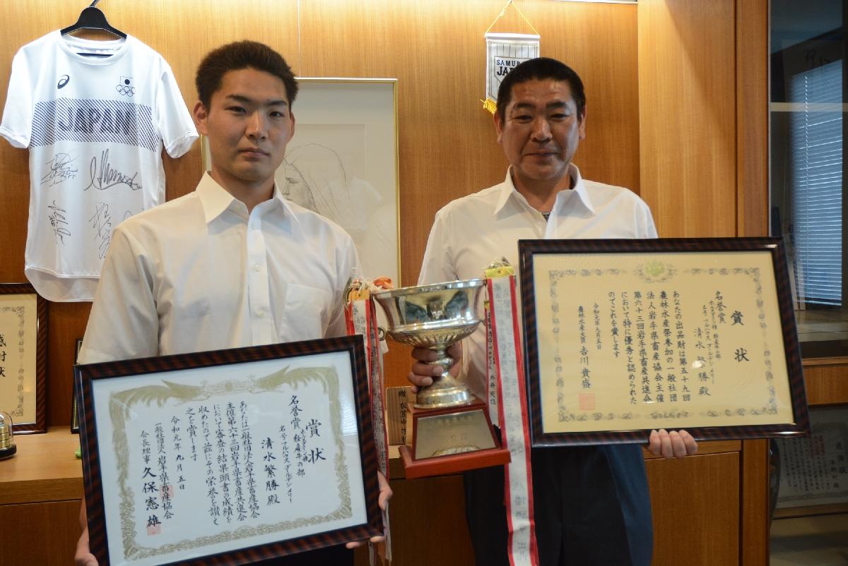経産牛の部で最高位の名誉賞を受賞した清水繁勝さん(右)と長男の利月さん