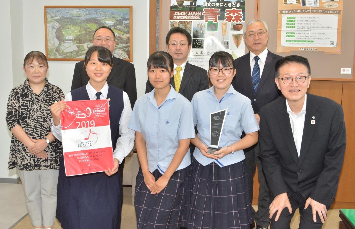 結果を報告した佐々木晴菜さん(前列右から2人目)ら