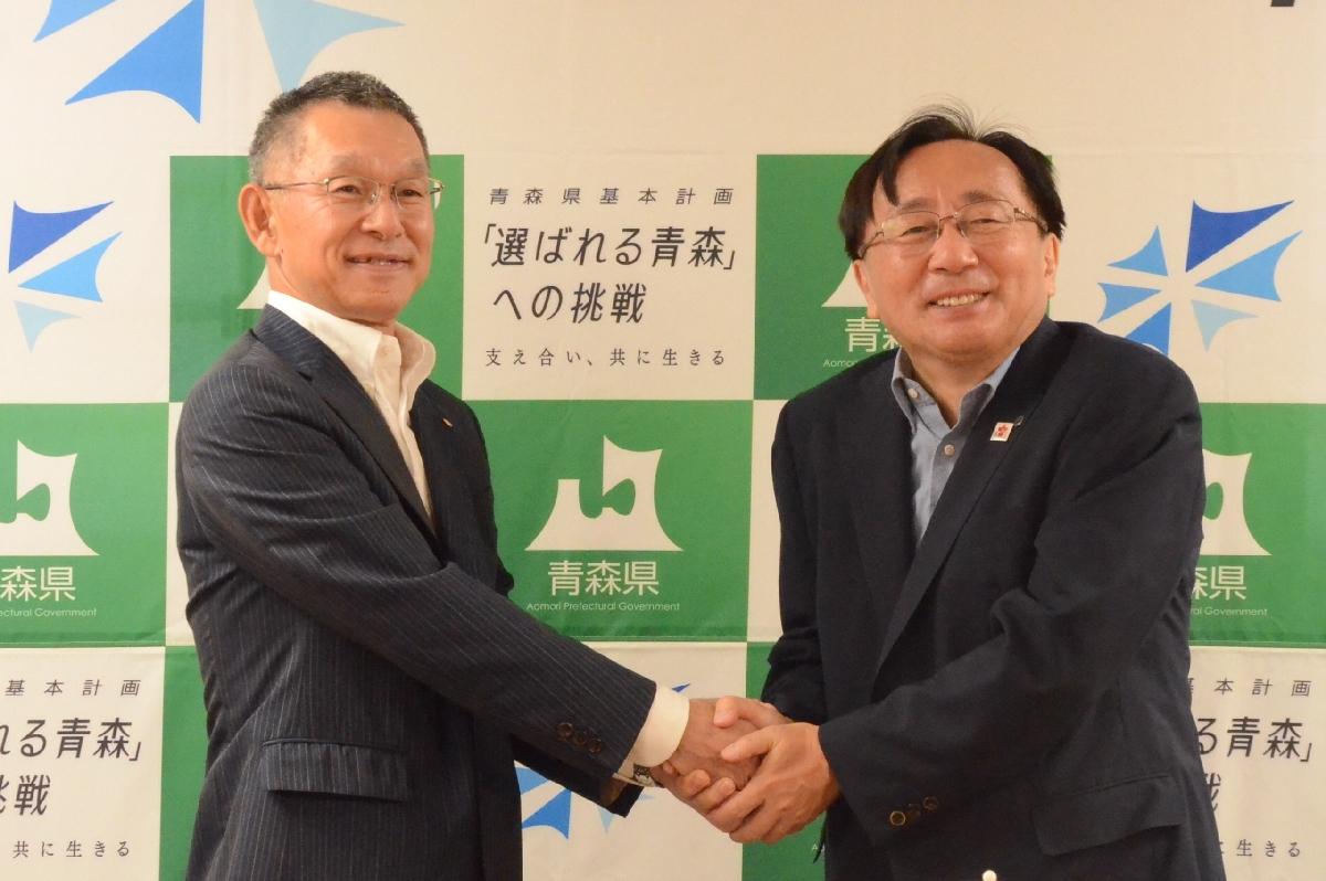 協定締結後に握手する大野●社長(左)と三村申吾知事=13日、青森県庁