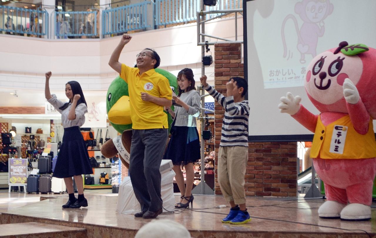 「テルミちゃん」(右)と一緒に「テルミーダンス」を披露する三村申吾知事(中央)=14日、青森市