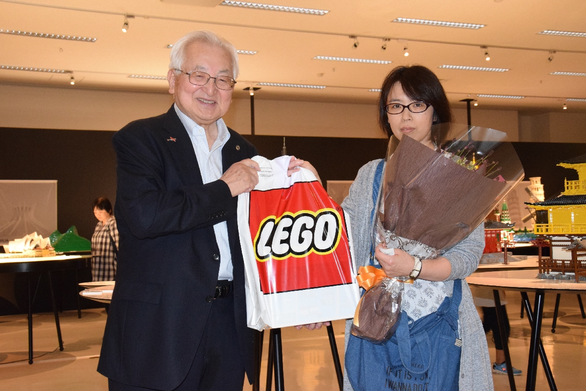 1万5千人目の来場者となった畑中里恵さん(右)