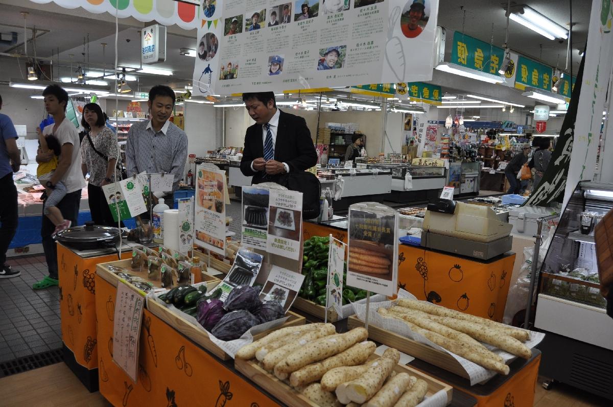 こだわりの農産物を販売している会場=19日、八戸市の八食センター