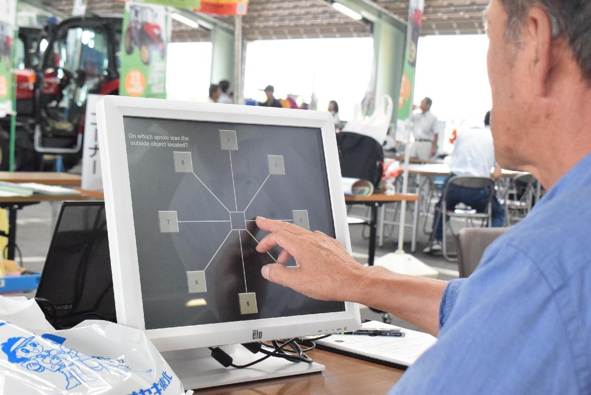 高齢農家の事故防止に向け、青森県が活用を進める検査ソフト=8月、板柳町