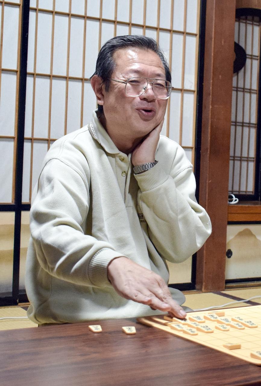 2連覇を達成し、笑顔を見せる佐藤敏樹四段=12日、八戸市の更上閣