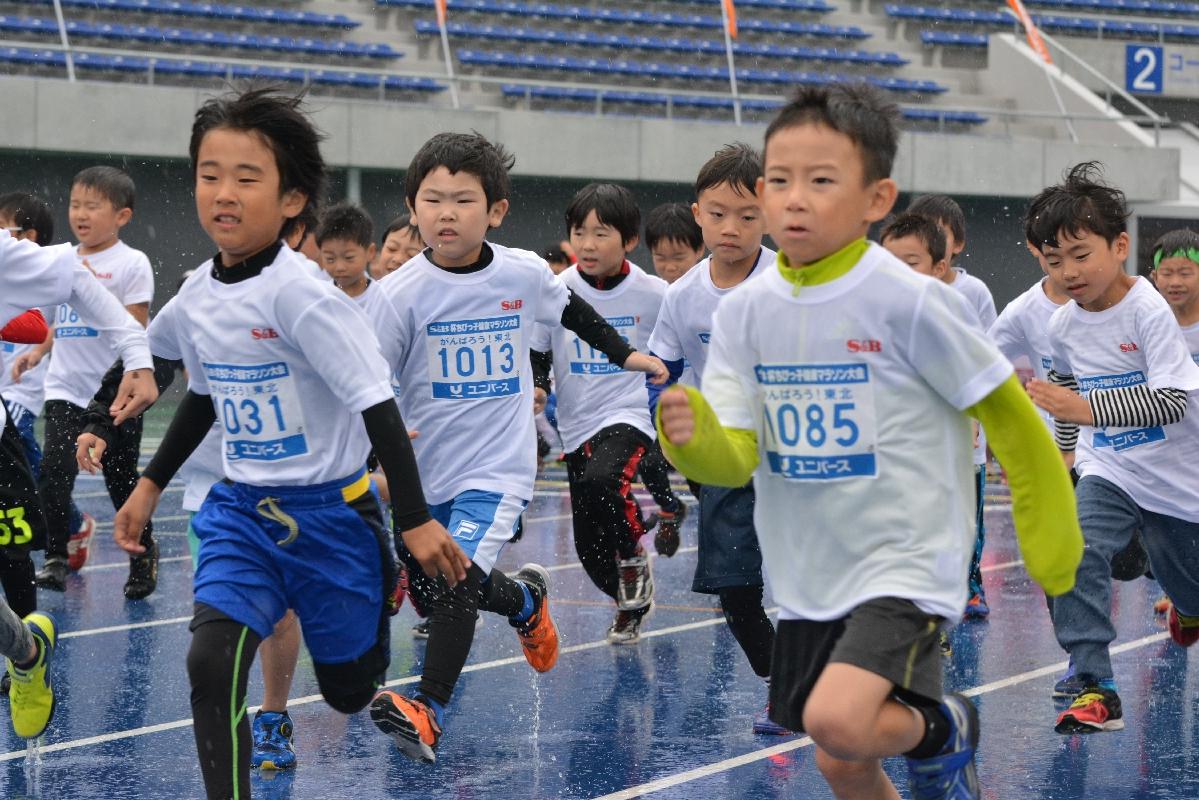 元気良くスタートする児童=12日、新青森県総合運動公園陸上競技場