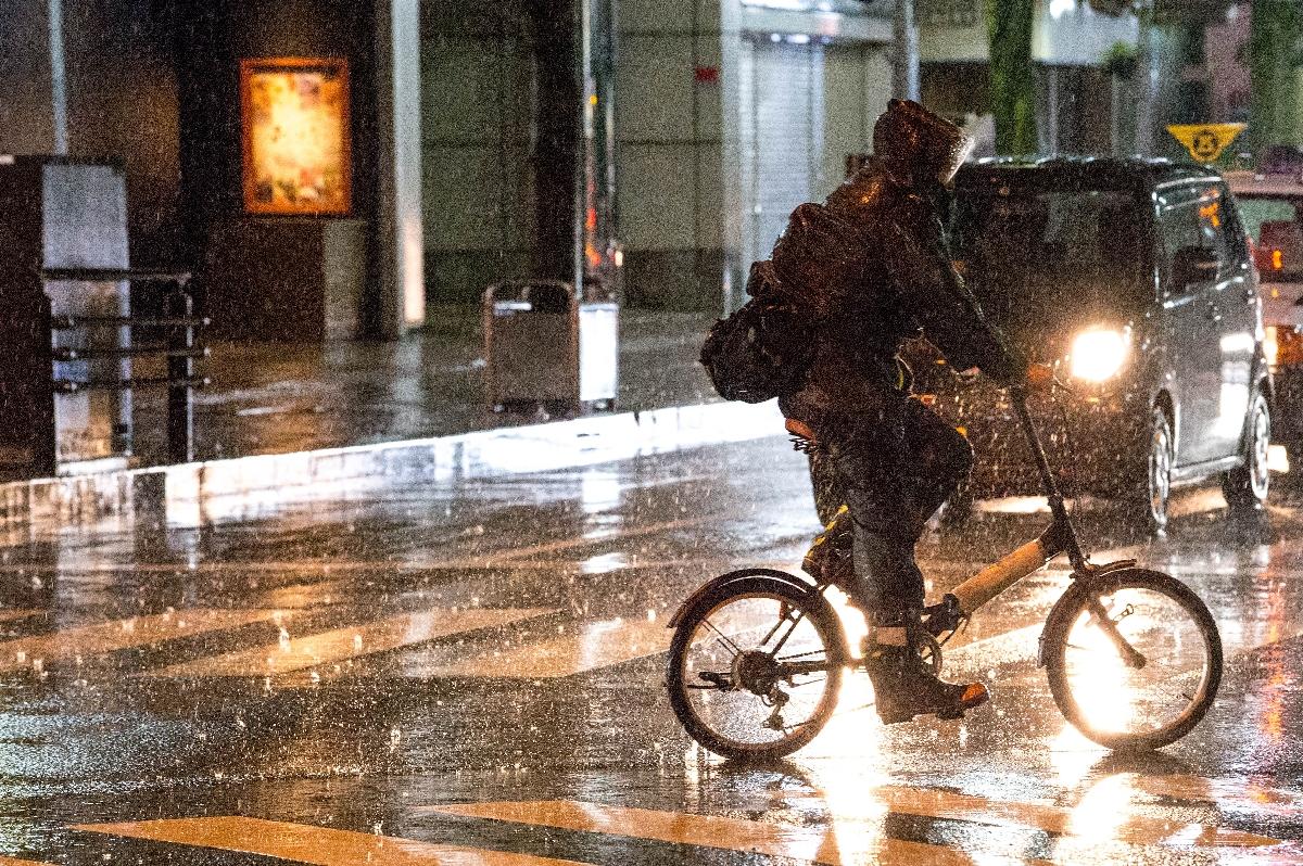 八戸市中心街では、台風19号の接近で雨が強まった=12日午後7時半ごろ