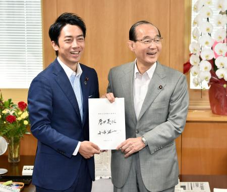 前任の原田義昭氏(右)から引き継ぎを受ける小泉環境相=12日午前、環境省
