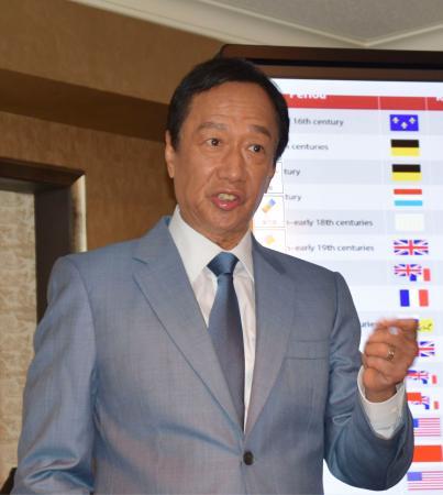 日本メディアに「当選」した際の政策を説明する鴻海精密工業前会長の郭台銘氏=7日、台北(共同)