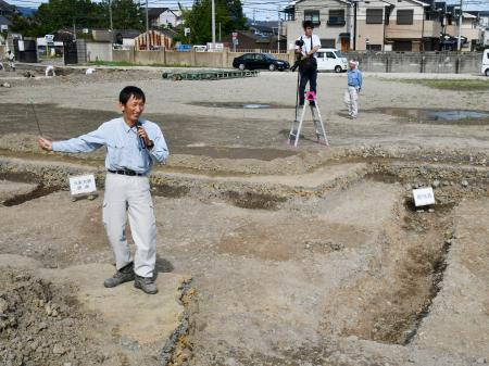 発掘調査で見つかった、平安京の「九条大路」の側溝(右下)や路面=12日午後、京都市南区