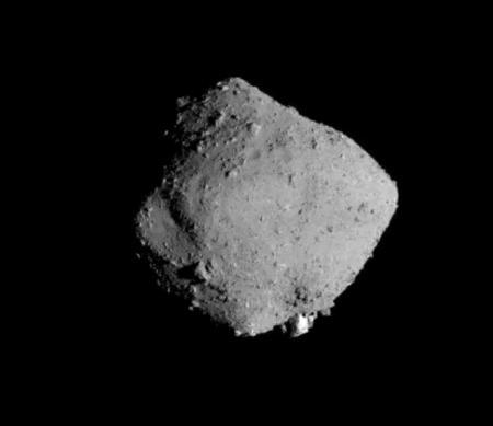 探査機はやぶさ2が、11月13日の出発直後に撮影した小惑星りゅうぐう(JAXAなど提供)