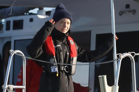 スペインで始まったCOP25参加を目指し、米国からヨットで大西洋を横断、ポルトガルのリスボンに到着したグレタ・トゥンベリさん=3日(ロイター=共同)