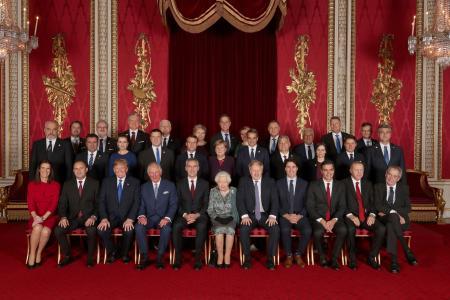 ロンドンのバッキンガム宮殿での歓迎式典で、エリザベス英女王(前列中央)との集合写真に納まるNATO加盟国の各国首脳ら=3日(ロイター=共同)