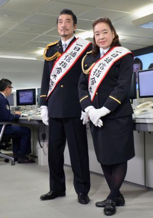 一日通信指令本部長に就任した、宇崎竜童さんと阿木燿子さん夫妻=10日午前、警視庁本部