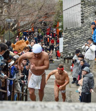 和歌山市の紀三井寺で開かれた石段を駆け上がるタイムを競う「福開き速駈詣り」=13日
