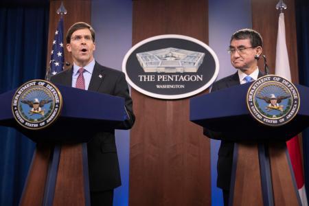 エスパー国防長官(左)と米国防総省で共同記者会見に臨む河野防衛相=14日、ワシントン(AP=共同)