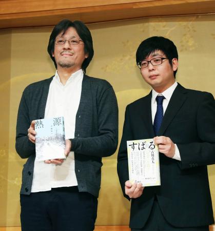 第162回芥川賞に決まった古川真人さん(右)と直木賞に決まった川越宗一さん=15日夜、東京都内のホテル