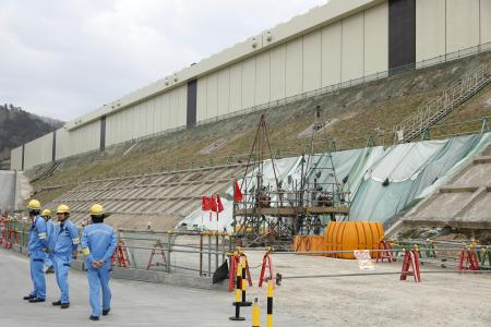 東北電力女川原発で建設中の防潮堤=2019年4月、宮城県女川町