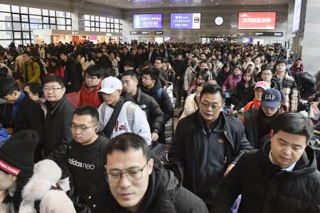 10日、春節の連休を前に、混雑する北京西駅(共同)