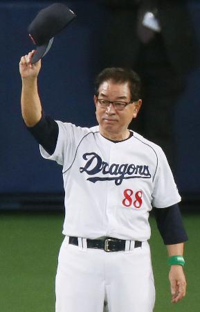 2012年10月、ファイナルステージ進出を決め、ファンの声援に応える中日・高木監督=ナゴヤドーム