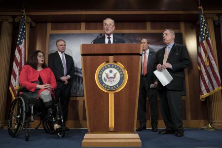 13日、米ワシントンで記者会見するシューマー上院院内総務(ゲッティ=共同)